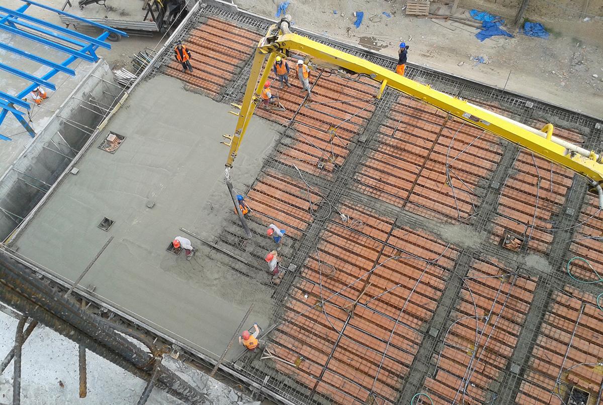 Edifico de ingreso colocaci n de ladrillo de techo y - Como colocar adoquines de hormigon ...